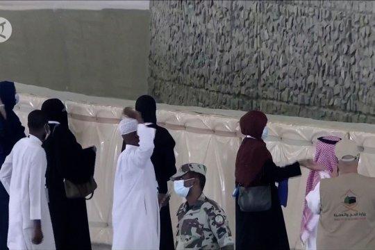 Jamaah haji lontar jumrah dengan jaga jarak fisik