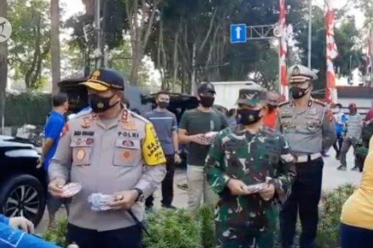Kapolda dan Pangdam Jaya bagikan masker merah putih di Bundaran HI
