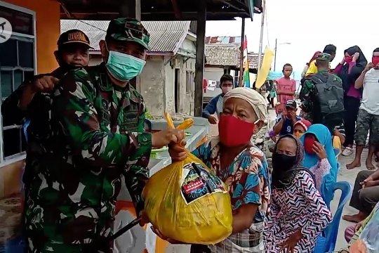 Kodim Kendari bagikan paket sembako & masker untuk warga desa pesisir