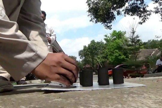 Mengolah limbah kulit kopi dan kulit singkong menjadi briket