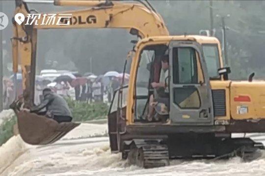 Pengemudi ekskavator selamatkan pria terjebak banjir di Shandong