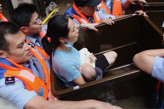 Berbekal ember plastik, polisi selamatkan lima bayi dari terjangan banjir