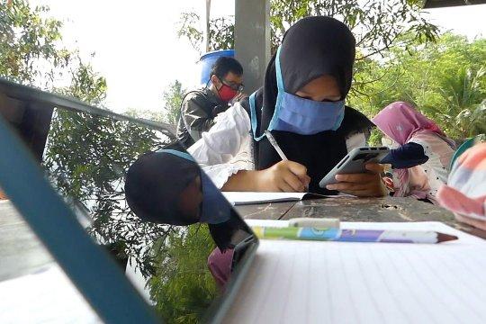 Akses internet sulit, murid belajar di balai desa