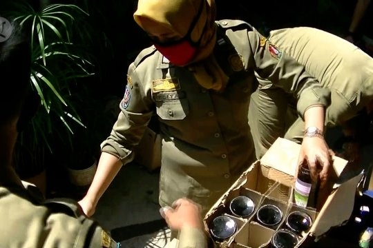 Petugas gabungan gerebek gudang minuman beralkohol di Temangung