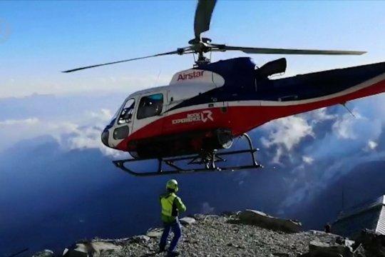Helikopter menyelamatkan pendaki setelah longsor Alpen