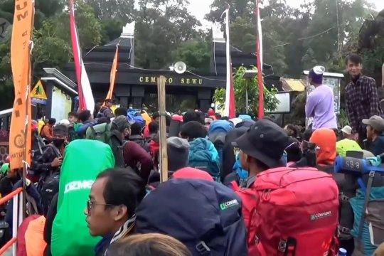 Ratusan pendaki padati Gunung Lawu