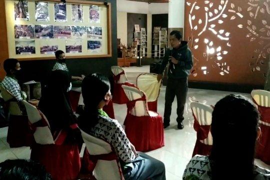 Pelajar dan Mahasiswa antusias ikuti belajar bersama di Museum Kayu Sampit