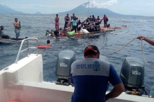 Petugas Syahbandar evakuasi korban kapal tengggelamdi perairan Jailolo