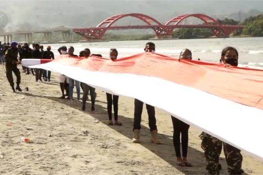 Merah Putih terbentang sepanjang satu kilometerdi Pantai Holtekam Papua