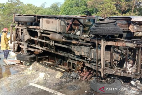 Dua mobil damkar padamkan truk bahan kimia terbakar di Tol Jagorawi