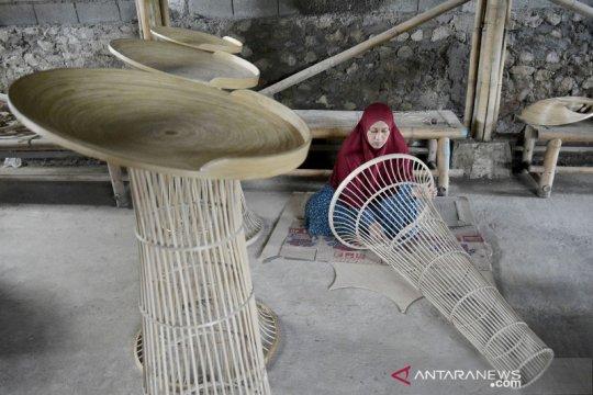 Kerajinan podium berbahan bambu di Garut