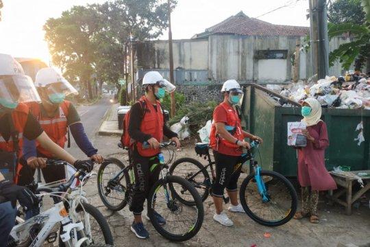 Relawan PMI bersepeda keliling Sukabumi bagikan paket alat kebersihan