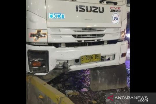 Sopir truk jungkit tabrak pembatas jalur TransJakarta di Palmerah