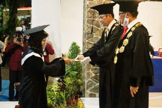 Ibu rumah tangga asal Sampit raih cumlaude pascasarjana UPR