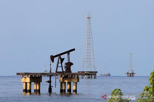 Minyak naik terangkat kekhawatiran kekurangan bahan bakar di AS