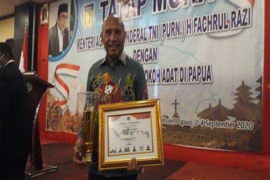 Menag serahkan Penghargaan Harmoni untuk Wali Kota Jayapura