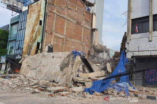 Bangunan empat lantai di Jakarta Pusat ambruk