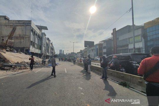 Ruko ambruk, arus lalu lintas dialihkan ke jalur TransJakarta