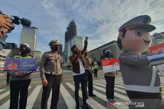 Diiringi Rian D'masiv, Dirlantas Polda Metro Jaya bagikan masker