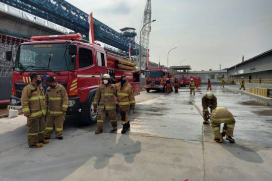 Pabrik botol di Cakung terbakar karena tungku terlalu panas