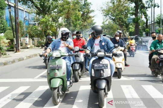 Boby-Aulia naik vespa mendaftar ke KPU Medan