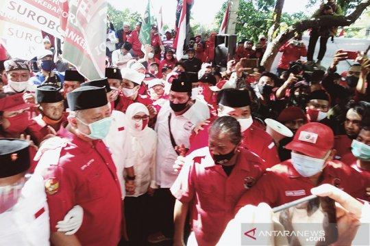 Paslon Eri-Armuji diarak ratusan pendukung menuju KPU Surabaya