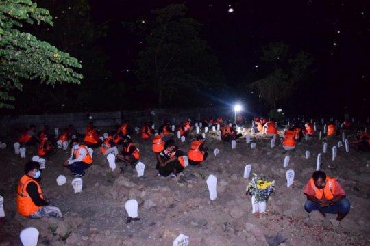 Pelanggar protokol kesehatan dihukum berdoa di makam pasien COVID-19
