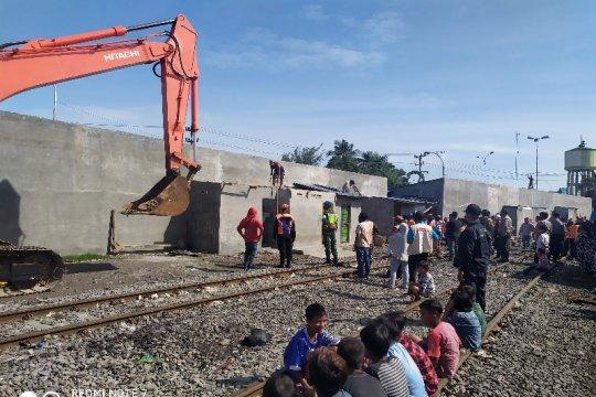 KAI Sumut bongkar 214 bangunan liar di sepanjang rel Medan-Belawan