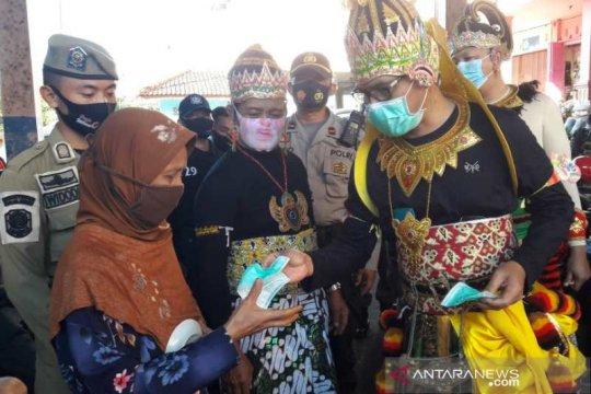 Bupati Temanggung pakai baju wayang sosialisasi wajib masker di pasar