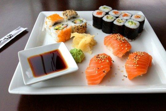 Beli sushi di Jepang, diantar kurir macho berotot