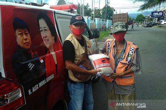 PDIP Sumbar bagikan 1.000 kilogram beras bagi warga tak mampu