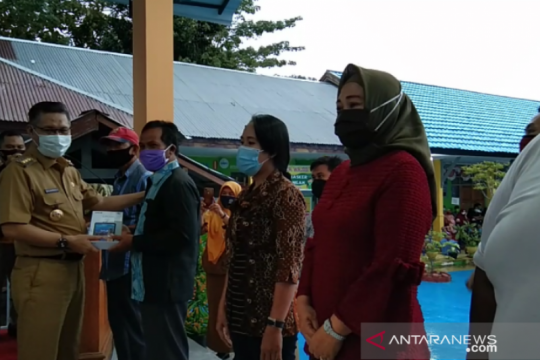 410 siswa SMPN 9 Kendari diberi gawai dukung pembelajaran di rumah
