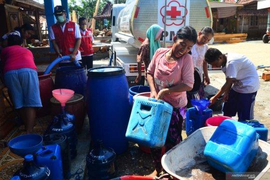 Penyaluran bantuan air bersih