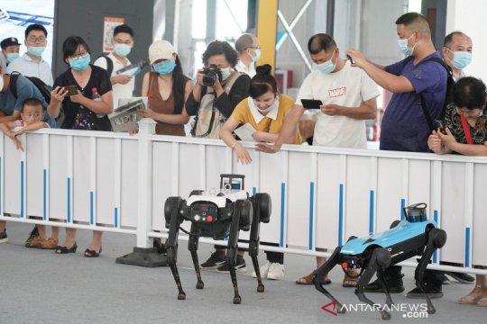 Robot layanan meriahkan Pameran Perdagangan Jasa Internasional di Beijing
