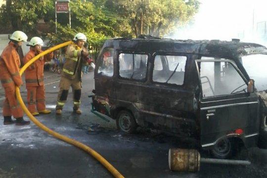 Angkutan Kota terbakar di depan SPBU Cengkareng Timur