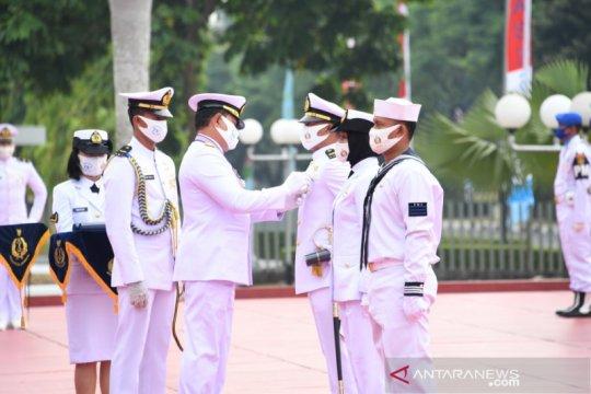 HUT TNI AL, Kasal sematkan Satyalencana Kesetiaan untuk tiga prajurit