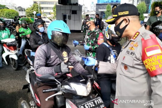 Jelang PSBB total, TNI-Polri di Jakarta Barat bagikan masker gratis