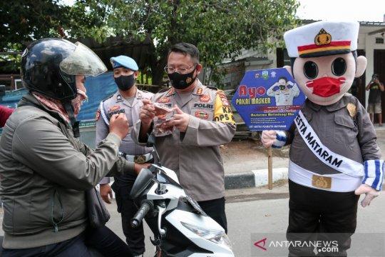 Maskot Polantas bagikan masker gratis kepada pengendara di Mataram