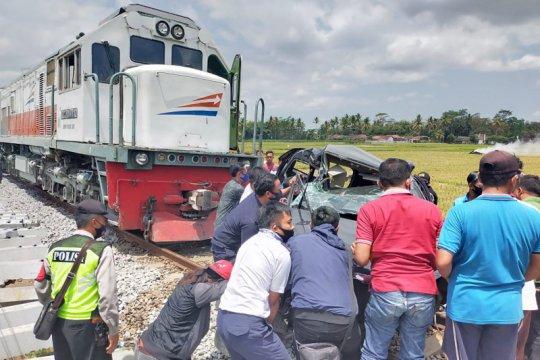 Dua penumpang mobil tewas tertabrak KA di lintasan tanpa palang pintu