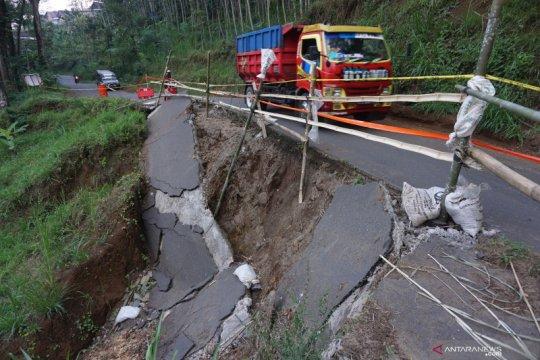 Jalan lingkar Gunung Wilis runtuh terseret longsor