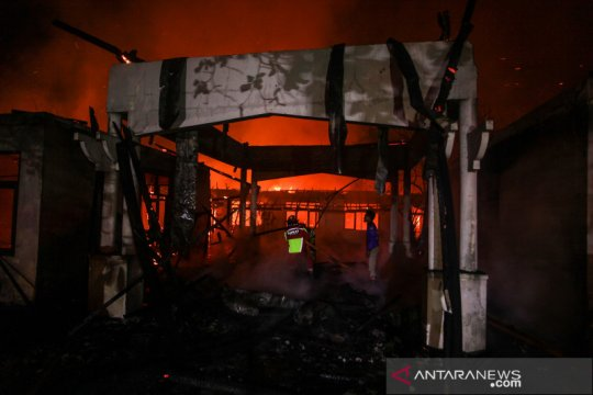 Kebakaran gedung perkantoran tak terpakai di Palangkaraya