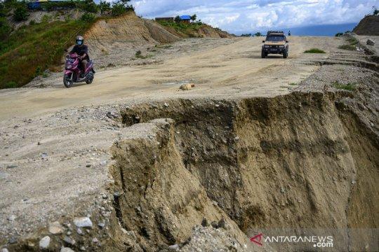 Jalan lingkar Palu-Tondo amblas akibat tergerus air hujan