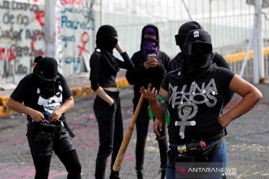 Aktivis penuntut hak perempuan di Meksiko bakar gedung komisi HAM