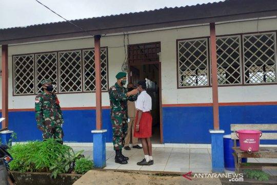 Prajurit TNI penjaga perbatasan edukasi protokol kesehatan pelajar SD