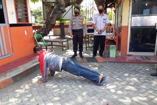 Sejumlah warga Kediri dihukum push up karena tidak bermasker