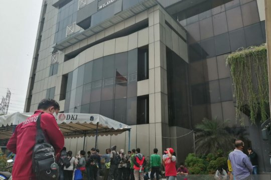 PSBB total, pengunjung memadati Samsat Jakarta Barat