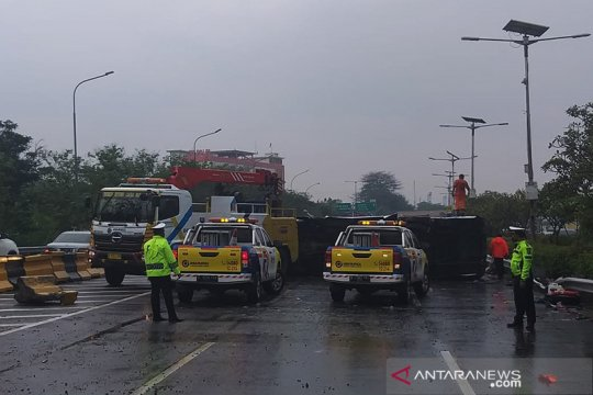 Kecelakaan di KM3 Tol Jagorawi akibat bus Kemenhan tabrak pembatas