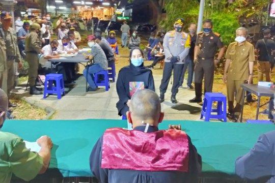 Petugas razia penerapan protokol kesehatan sejumlah kafe di Sidoarjo