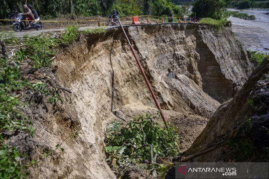 Jalan terancam putus akibat abrasi