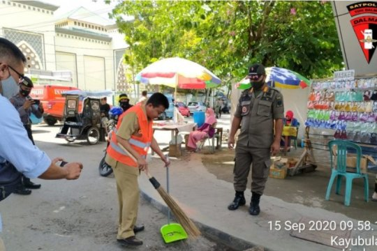 Warga tidak gunakan masker dihukum sapu jalan di Gorontalo